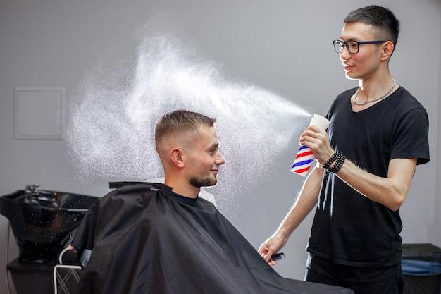 若い床屋は理髪店で働いています