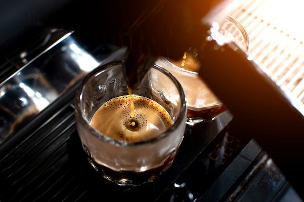 Кофемашина делает двойной эспрессо в стаканах