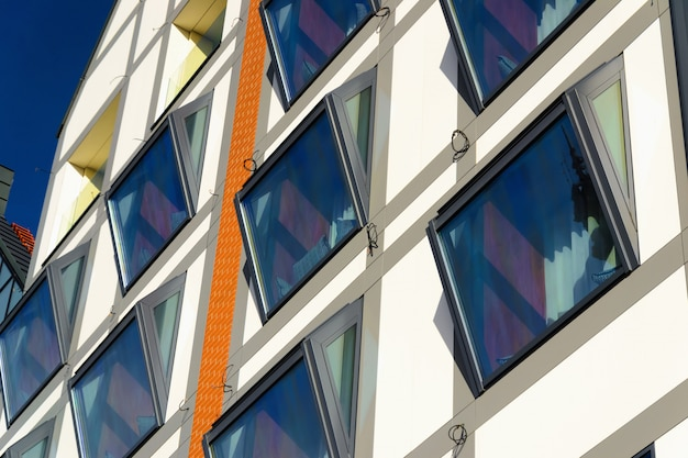 ポーランド、グダニスクのガラスの近代的な建物