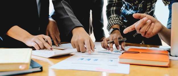 Молодые из деловых людей встреча конференция обсуждение корпоративной концепции
