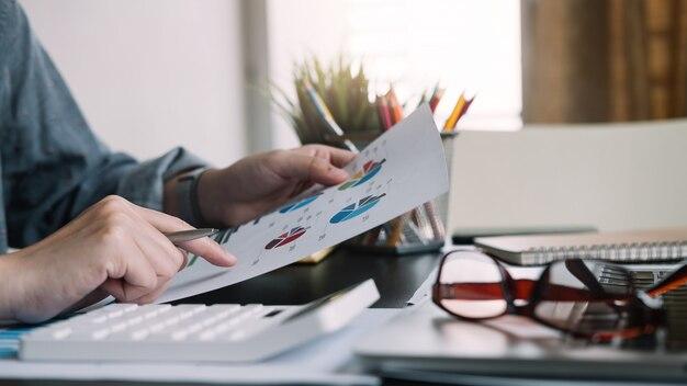 Бизнес инвестиционный консультант, анализирующий годовой финансовый отчет компании