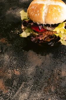 野菜と木製の表面にセイタンビーガンバーガー。健康的なビーガンフード