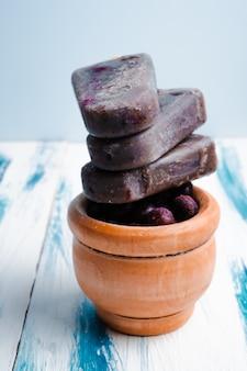 Домашнее веганский черника кокосовое молоко эскимо на свежем деревянном фоне