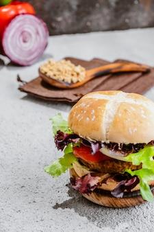 野菜と木の表面に大豆ビーガンバーガー。健康的なビーガンフード。