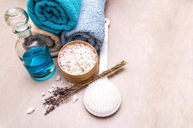 Банные полотенца, морская соль с лавандой, гель для душа и кисточка