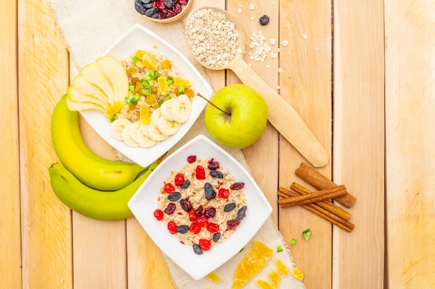Здоровый вегетарианский завтрак с овсянкой и фруктами