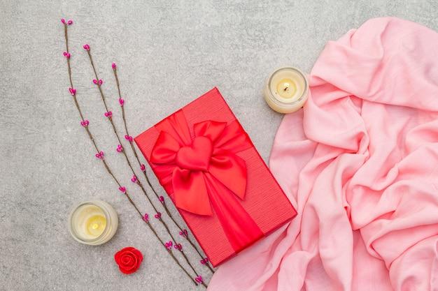 赤いギフトボックス、花とキャンドルでバレンタインの組成