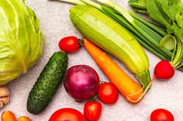 新鮮な有機野菜の盛り合わせ