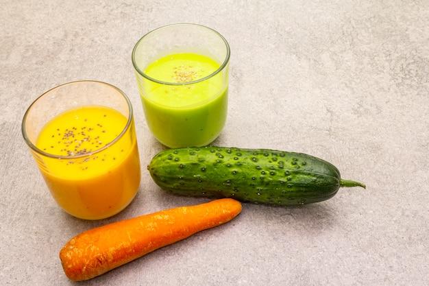 Органические смузи из огурцов и моркови с кунжутом и семенами чиа