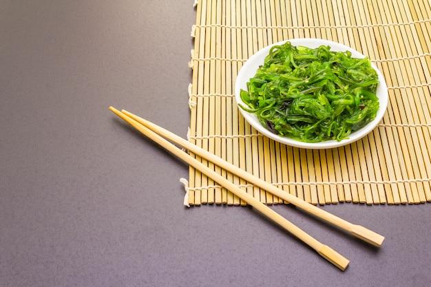 胡麻入り和風ひやしわかめ中華サラダ。