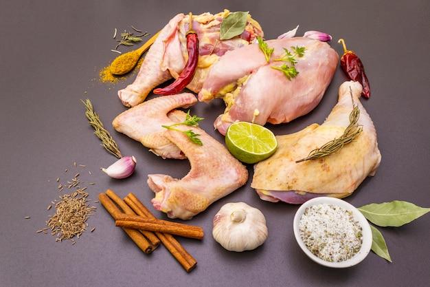 有機(バイオ)鶏肉の新鮮な生の部分。