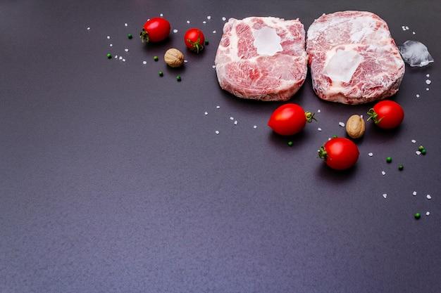 Замороженный сырой стейк из свинины