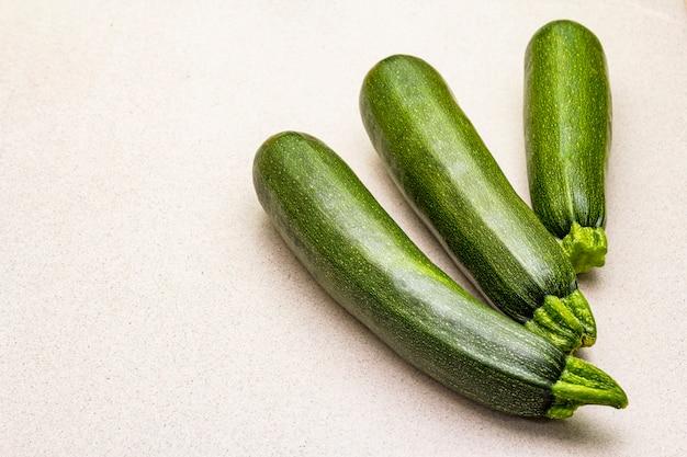 Ярко-зеленый кабачок