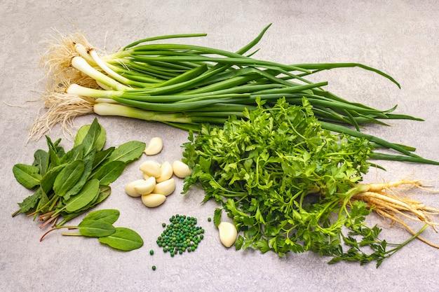 石のテーブル、トップビューで新鮮な野菜
