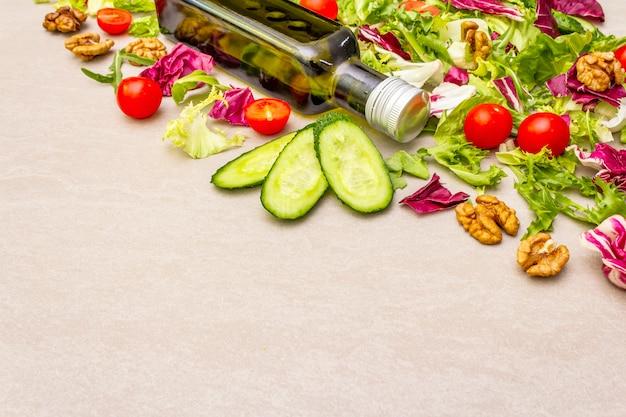 新鮮な野菜とオリーブオイルのボトル、健康的なダイエット食品