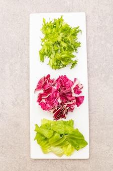 プレート上の新鮮なサラダミックス成分