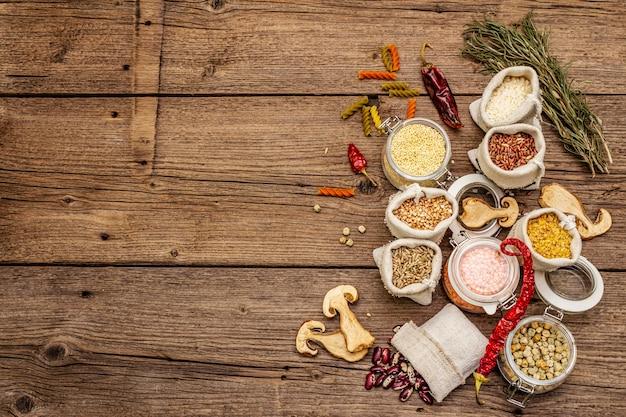 シリアル、パスタ、マメ科植物、乾燥キノコ、スパイス