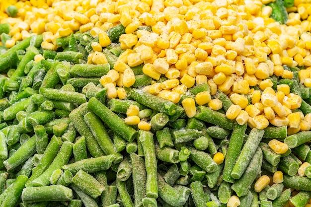 Замороженная органическая сладкая кукуруза и зеленая фасоль.