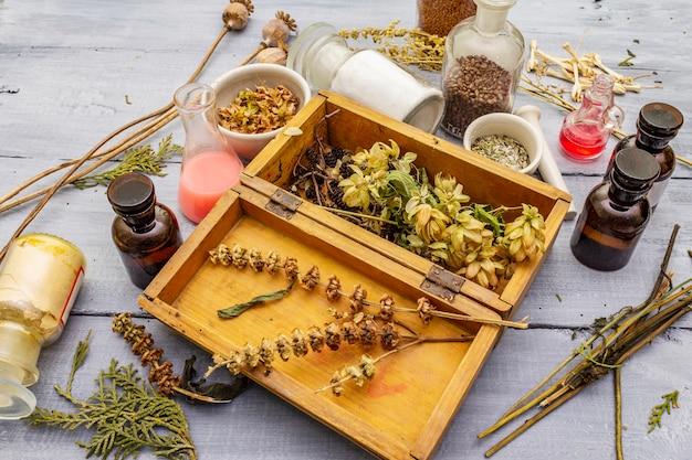 Ароматические травы, специи и семена в баночках и деревянной коробке