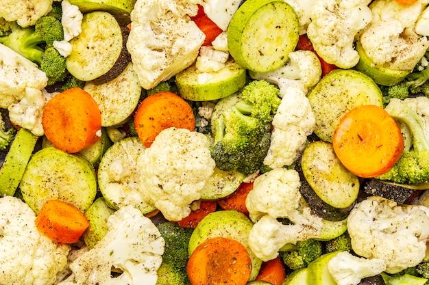 ベーキングトレイに新鮮な有機野菜
