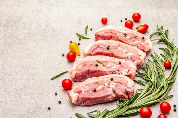 生豚バラ肉とハーブと野菜の皮
