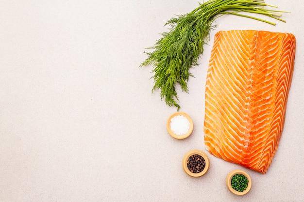 新鮮な生サーモンを調理します。魚のマリネと塩漬けの材料