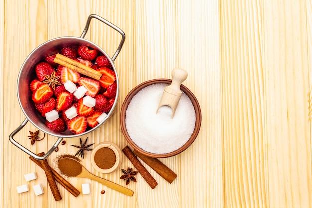Клубничный джем. ингредиенты для приготовления домашнего сладкого десерта