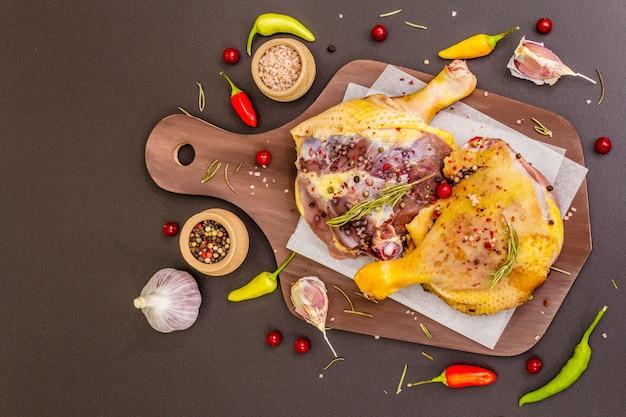 生鴨の脚。伝統的なフランスのコンフィを準備するための新鮮なバイオ成分