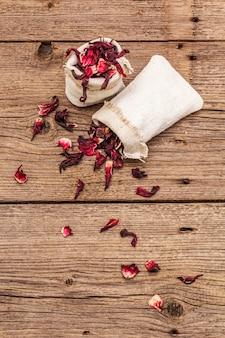 乾燥した花びらと熱いハイビスカスティー