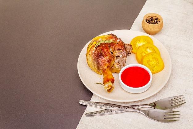 無愛想なローストダックの脚。伝統的なフランス料理のコンフィの準備