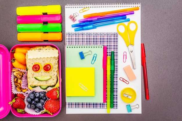 Школьная коробка с школьными принадлежностями