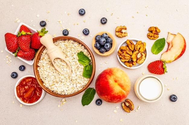 Зерновые и различные вкусные ингредиенты на завтрак
