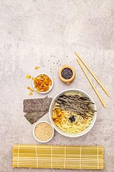海藻、マグロのフレーク、ゴマの麺