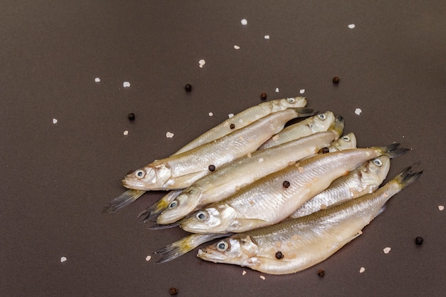 Корюшка свежей сырой рыбы или сардины, готовые к приготовлению