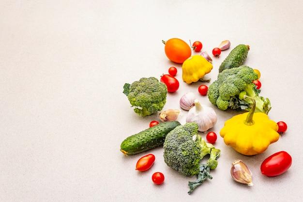 新鮮な野菜を使った料理。秋の収穫、準備健康的な食事のコンセプト