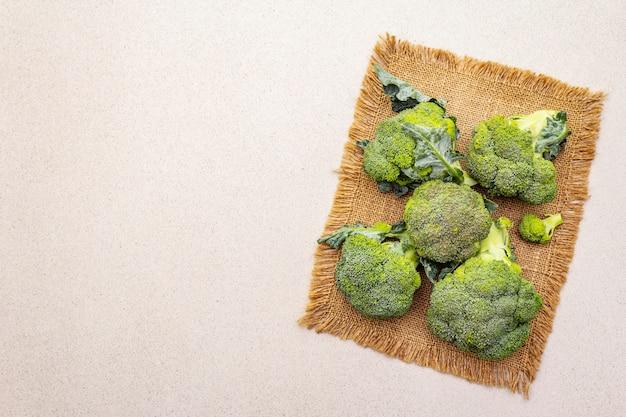 Свежий сырой брокколи. источник витаминов и минералов