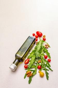 新鮮な野菜とオリーブオイルのボトル