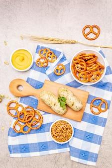 Октоберфест установлен. белая колбаса вайсвурст, крендели, горчица, колоски зерна, хмель