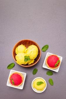 Ассорти из свеклы и томата, мороженое, сорбет, мороженое, мята