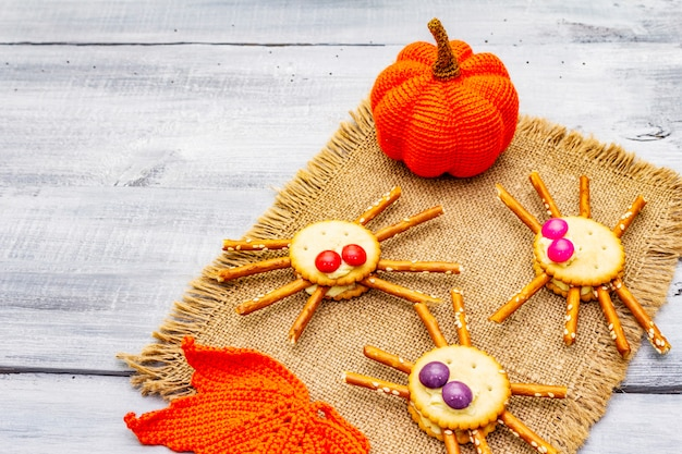 面白い子供たちの食べ物。食用クモ、ハロウィーンのコンセプト