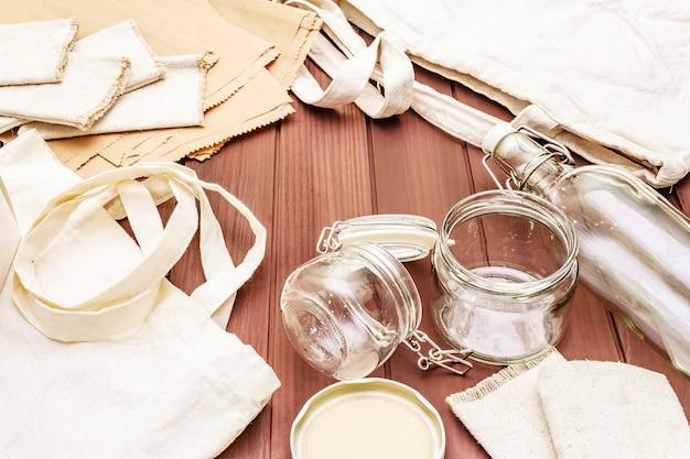 Ассортимент экологически чистой упаковки, без отходов, бумага, стекло и текстиль не переработаны