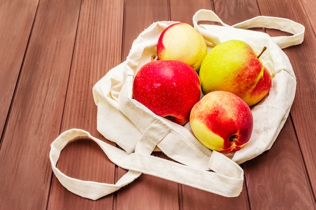 Экологичная упаковка, нулевые отходы для бесплатных покупок из пластика. свежие фрукты в текстильной сумке