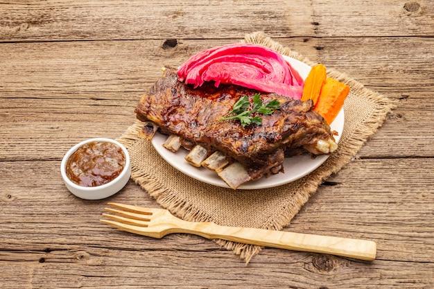 Свиные ребрышки барбекю с квашеной капустой, запеченной морковью, свежей петрушкой