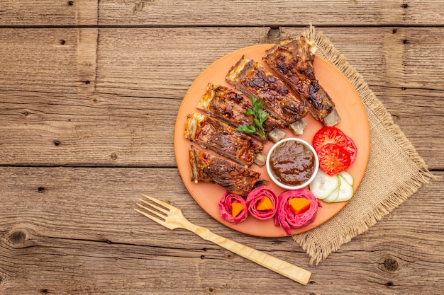 Свиные ребрышки барбекю с ферментированными, запеченными и свежими овощами