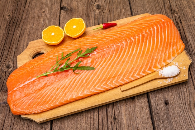 ノルウェーサーモンの新鮮な切り身。バランスの取れた健康的な食事のコンセプト