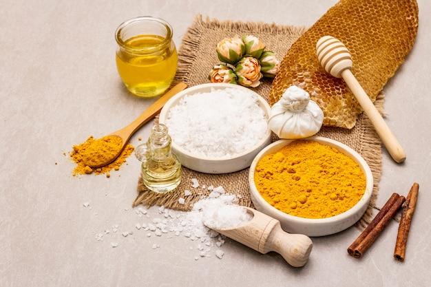 Личная гигиена с натуральными ингредиентами. концепция здорового спа. куркума, морская соль, мед, корица, масло.