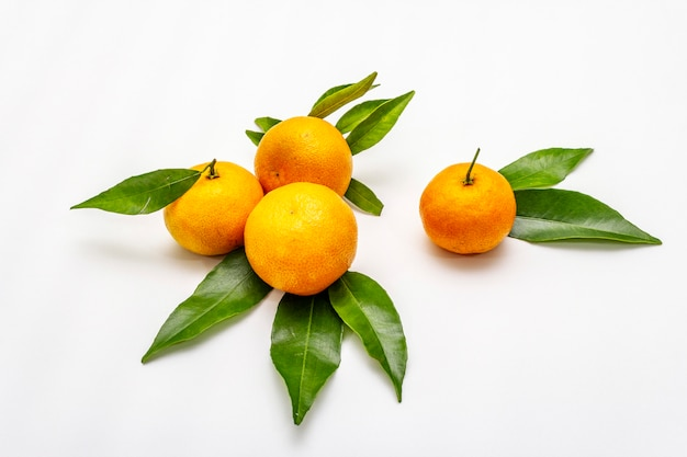 Спелый мандарин с листьями. изолированные свежие фрукты