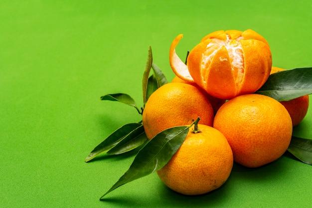 Спелый мандарин с листьями.