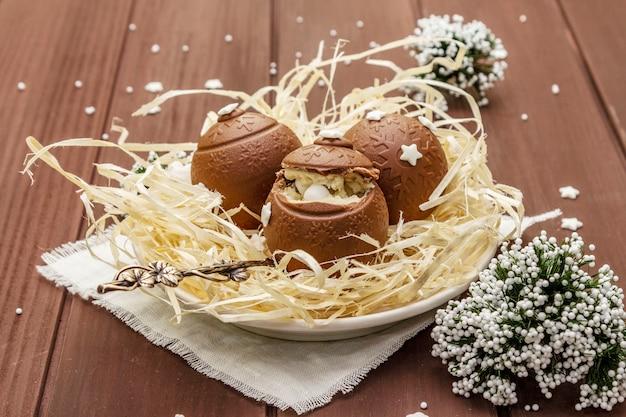 Домашние шоколадные конфеты со звездными брызгами. праздничный сладкий десерт на пасху