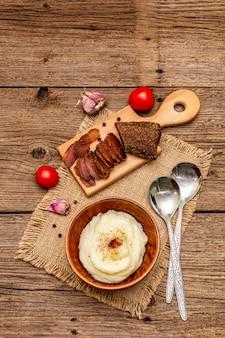 Домашнее благодарение с чесночным пюре со свежими помидорами и пастрами. вретище салфетка